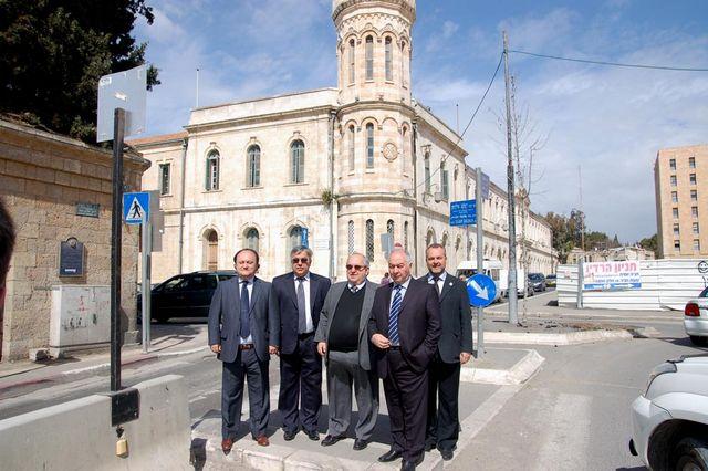 Напротив центральной башни Сергиевского подворья ИППО. © Иерусалимское отделение ИППО