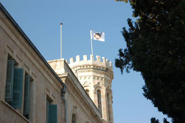 Поднятие флага на Сергиевском подворье ИППО. © Иерусалимское  отделение ИППО