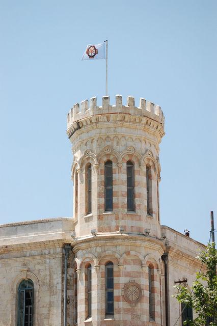 Флаг Императорского Православного Палестинского Общества на угловой башне Сергиевского подворья. @ Иерусалимское отделение ИППО