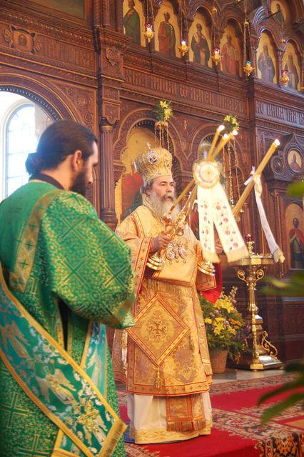 Патриарх Святого Града Иерусалима и Всея Палестины Феофил III благословляет верующих