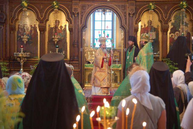Патриарх Феофил III дарит чашу для причастия архимандриту Исидору. © Православный паломнический центр «Россия в красках»