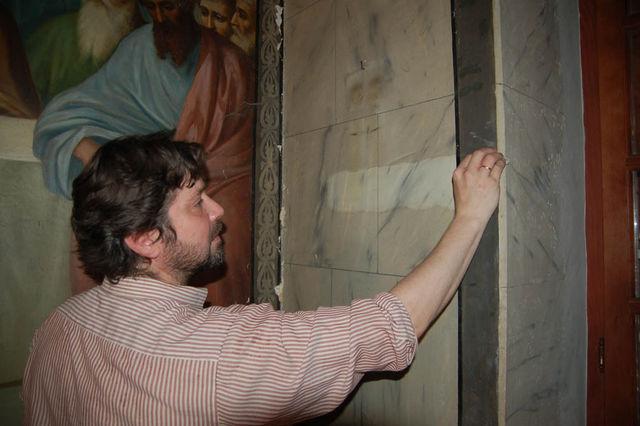 Д.Аринчев проверяет участое росписи живописи для анализа состояния. © Иерусалимское отделение ИППО