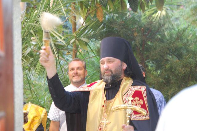 Начальник РДМ в Иерусалиме архимандрит Исидор (Минаев) освящает памятную табличку ИППО на Сергиевском подворье