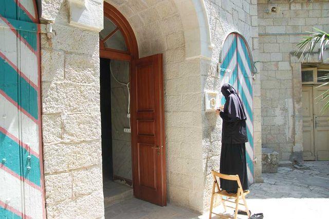 Сестра Евпраксия золотит табличку Сергиевское подворье ИППО. © Иерусалимское отделение ИППО