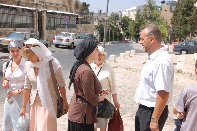 П.В.Платонов общается с паломниками из России. © Иерусалимское отделение ИППО