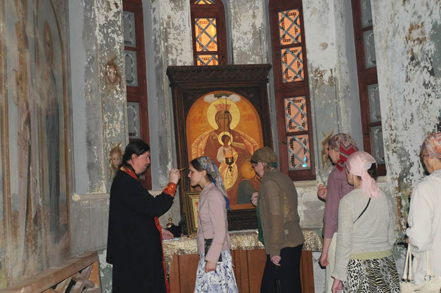 Иерей Григорий Антипенко помазываеи елеем верующих. © Иерусалимское отделение ИППО