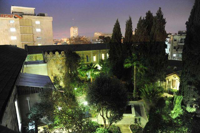 Вечерний вид на двор Сергиевского подворья ИППО. © Иерусалимское отделение ИППО