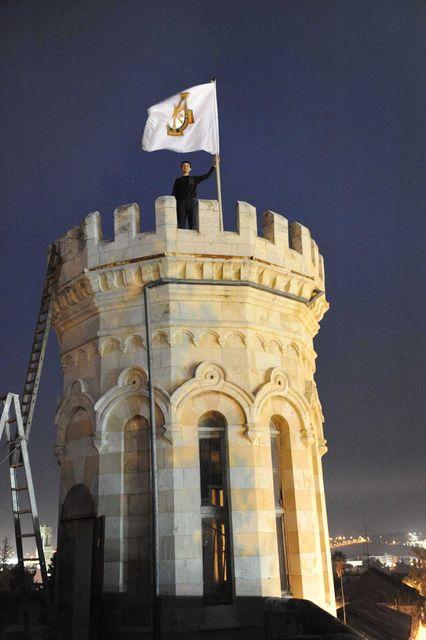 Поднятие флага на южную башню Сергиевского подворья членом Иерусалимского отделения ИППО Александром Тимофеевым @ Иерусалимское отделение ИППО