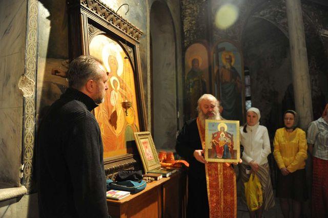 Протоиерей Сергий Филимонов вручил в дар икону Державной Божией Матери © Иерусалимское отделение ИППО