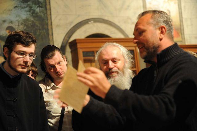 Павел Платонов показывает уникальные артефакты. © Иерусалимское отделение ИППО