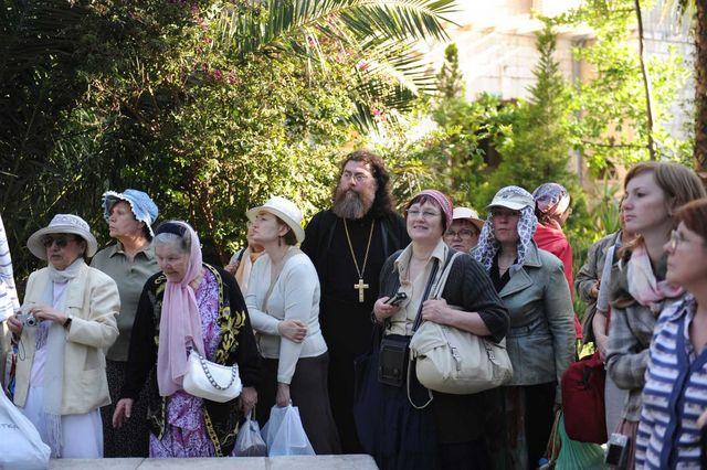 Русские православные паломники из Санкт-Петербурга во дворике Сергиевского подворья. © Иерусалимское отделение ИППО