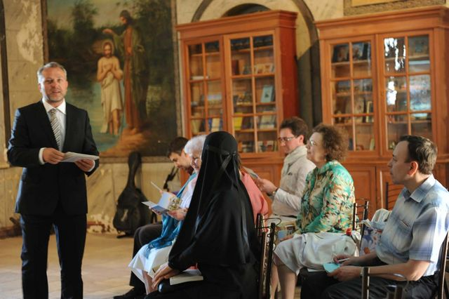 П.В. Платонов вручает гостям и участникам семинара памятные открытки с видами Святой Земли © Иерусалимское отделение ИППО