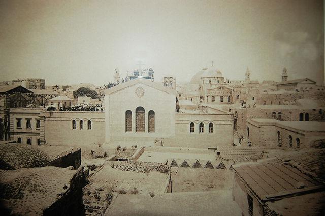 Александровское подворье ИППО в Иерусалиме. © Иерусалимское отделение ИППО Освящение креста на крыше Александровского подворья ИППО. 10 мая 1896 года. Фото о. Тимона