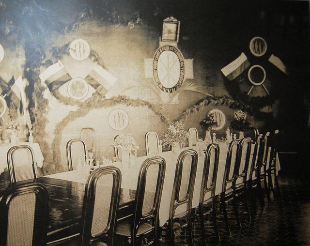 Столовая I класса для служащих ИППО на Сергиевском подворье. Стол накрыт к юбилею торжеств 25-летия Общества 21 мая 1907 года. © Фотоархив Иерусалимского отделения ИППО