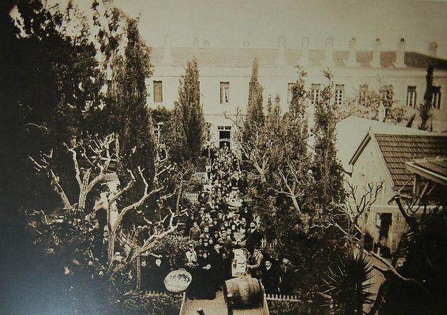 Юбилей во дворике подворья 21 мая 1907 года. Угощение фруктами и вином. © Иерусалимское отделение ИППО