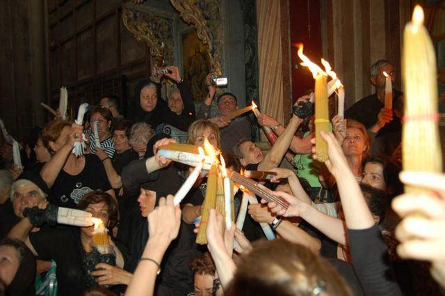 """Благодатный огонь передается пучками свечей по 33 в каждой по числу земных лет Спасителя. Фото © """"Россия в красках"""""""