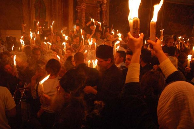 """Благодатный Огонь в храме Гроба Господня в Иерусалиме. Фото © паломнический центр """"Россия в красках"""" в Иерусалиме"""