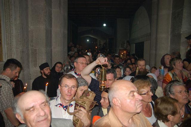 """Верующие выходят из храма после схождения Благодатного Огня. Фото © """"Россия в красках"""" в Иерусалиме"""