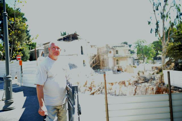 Ю.А. Грачёв напротив разрушенной части Вениаминовского подворья ИППО в Иерусалиме. © Иерусалимское отделение ИППО