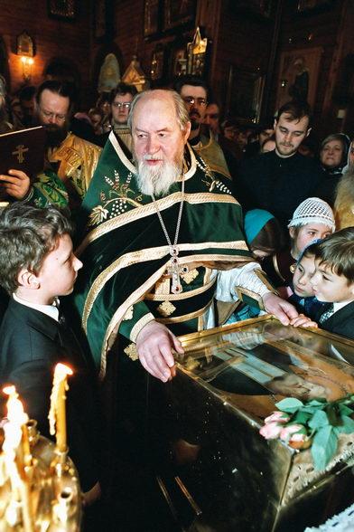 Протоиерей Василий Ермаков. В окружении детей. Фото © Александр Сетраков