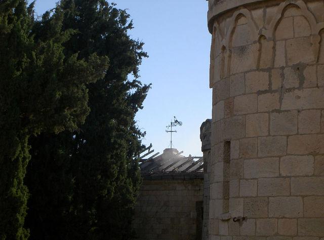 Дым на крыше восточного корпуса 21 января 2002 года после пожара 20 января 2002 года 20 января 2002 года в восточном корпусе Сергиевского подворья произошел пожар в результате замыкания электропроводки, вся крыша выгорела. Руководитель регионального отделения ассоциации охраны памятников Ицхак Швейки стал очевидцем событий и передал Иерусалимскому отделению ИППО фотографии этого трагического события. В результате пожара выгорели фрески парадной 2-го этажа восточного корупса. Значительно пострала фреска 1-го этажа, залитая пожарными кранами. © Фото Ицхак Швейки