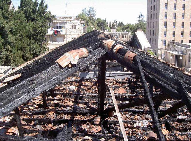 Сгоревшая крыша восточного корпуса после пожара 20 января 2002 года © Фото Ицхак Швейки