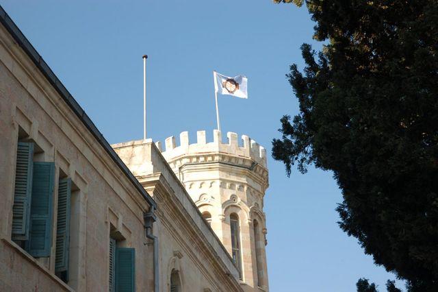 11 мая 2009 г. на южной башне Сергиевского подворья водружен флаг ИППО Впервые после 1914 года на башне Сергиевского подворья снова реет флаг Императорского Православного Палестинского Общества. © Иерусалимское отделение ИППО