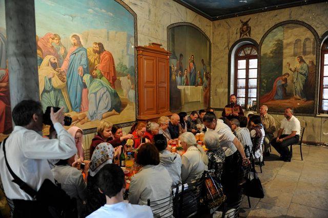 Протоиерей Маркиан зачитывает пасхальное приветствие Святейшего Патриарха Московского и Всея Руси Кирилла