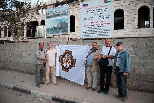 Флаг ИППО развернут напротив строящегося здания культурного-делового центра в Вифлееме