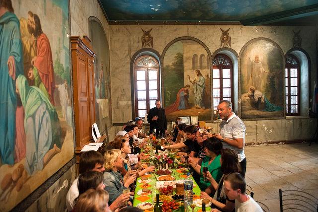 Пасхальные привествия в народной трапезной Сергиевского подворья в Иерусалиме