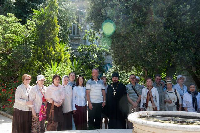 Группа паломников из Санкт-Петербурга во дворе Сергиевского подворья в Иерусалиме 27 апреля 2012