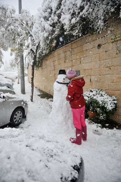 Дети лепят снеговика ©  Православный паломнический центр «Россия в красках» в Иерусалиме