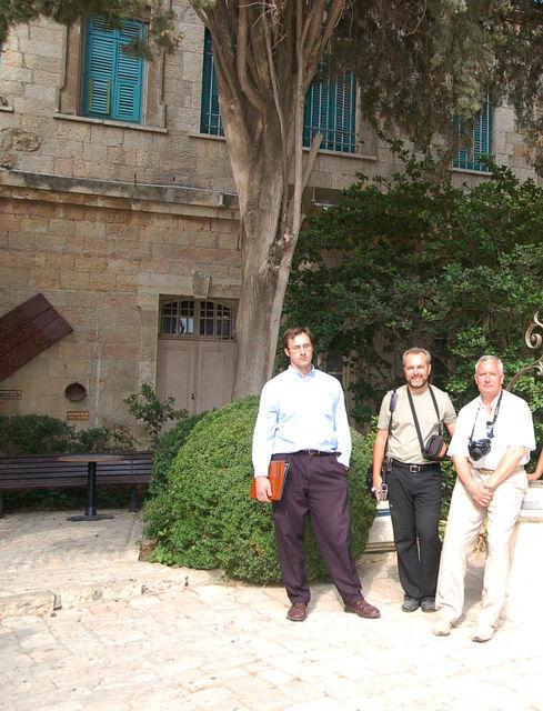 Справа налево: Ю.А. Грачёв, П.В. Платонов и В.Б.Роденко на Сергиевском подворье в Иерусалиме. 26 мая 2008 26 мая 2008 г. © Иерусалимское отделение ИППО