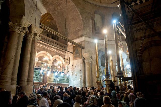 Православные верующие и паломники со всего мира у Гроба Господня