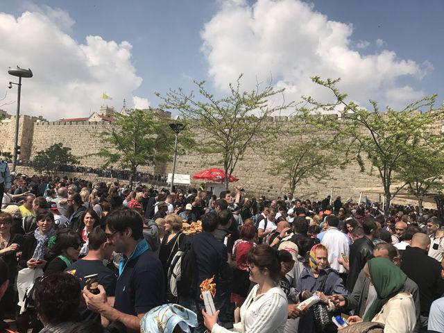 Паломники со всего мира получили Благодатный Огонь в Иерусалиме. 15 апреля 2017 года