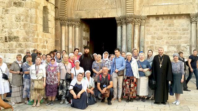 Русские православные паломники с разных уголков России у Гроба Господня в Иерусалиме. 11 ноября 2016 года