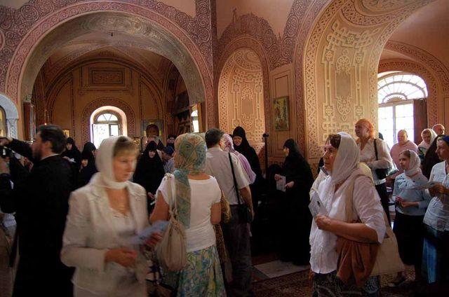Верующие берут благословение у игуменьи Елисаветы. © Иерусалимское отделение ИППО