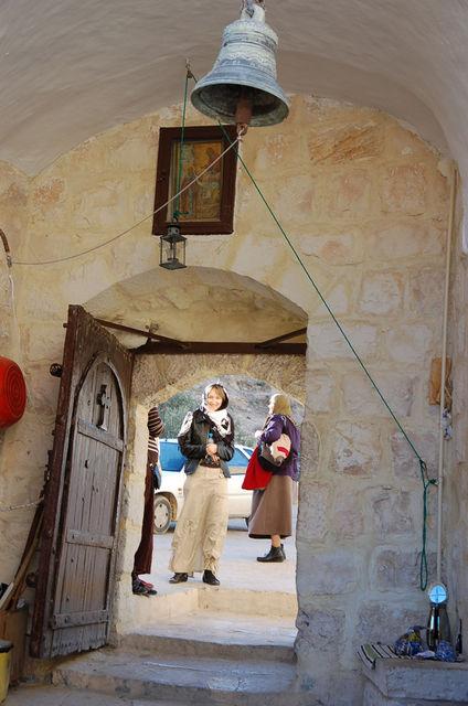 Паломницы молятся у входа в лавру преп. Саввы. © Православный паломнический центр «Россия в красках» в Иерусалиме