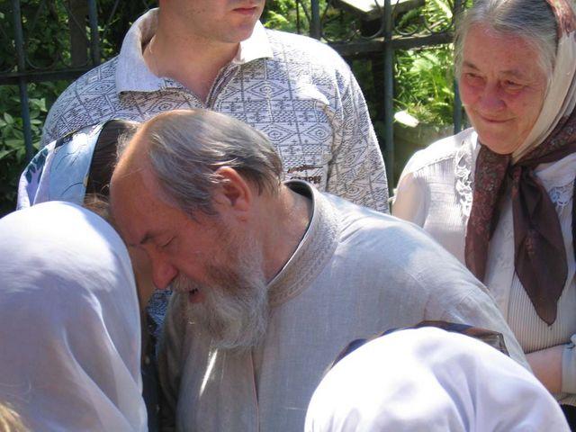 В окружении народа. Июль 2005 г. © Православное Общество «Россия в красках» в Иерусалиме