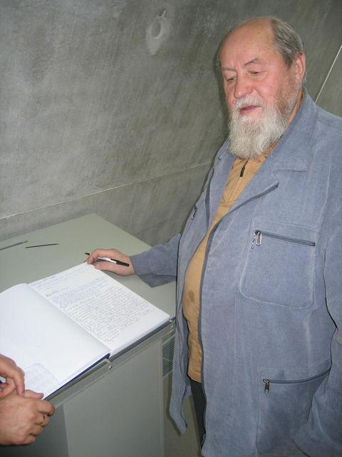 ротоиерей Василий Ермаков пишет памятную запись в музее Холокоста в Иерусалиме