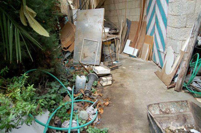 Столько мусора было перед входом в часовню утром. © Иерусалимское отделение ИППО