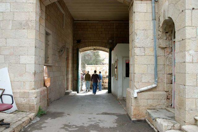 Ггрузовик привез контейнер для вывоза мусора. © Иерусалимское отделение ИППО