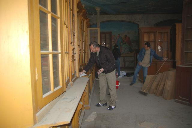 П.В.Платонов очищает пыль со шкафов архива ИППО. © Иерусалимское отделение ИППО