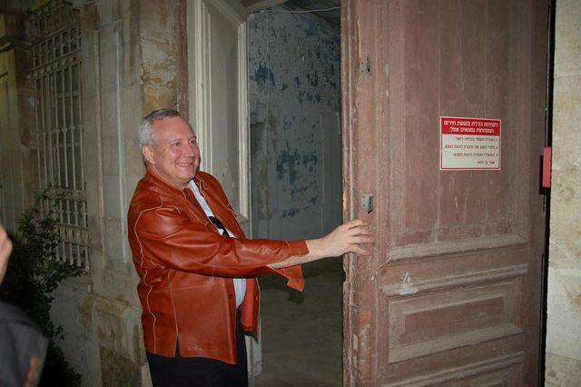 Заместитель председателя ИППО Ю.А.Грачёв открывает двери восточного блока. © Иерусалимское отделение ИППО