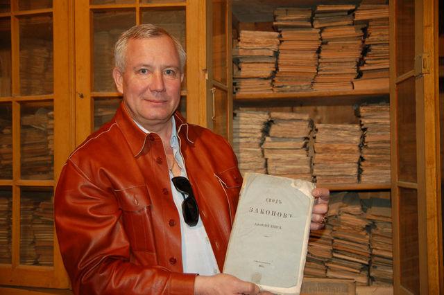 Заместитель председателя ИППО Ю.А.Грачёв обратил внимание на книгу свода законов Российской Империи