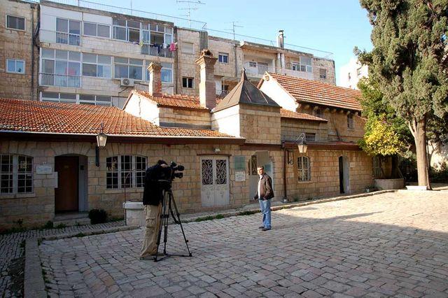 Съемочная группа НТВ во главе с Алексеем Ивлиевым на Сергиевском подворье. © Иерусалимское отделение ИППО