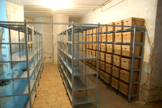 Собранная конструкция профессиональных полок для хранения архива ИППО. © Иерусалимское отделение ИППО